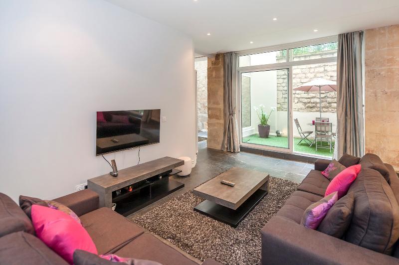 Sala de estar y espacio al aire libre en la parte posterior.
