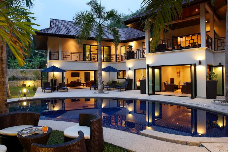 VILLA MARIA: Luxury 5 bedroom, Private Pool Villa, Near Beach, Sleeps 14 Guests, vacation rental in Nai Harn
