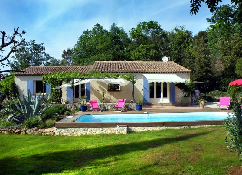 Vue  générale: maison et piscine