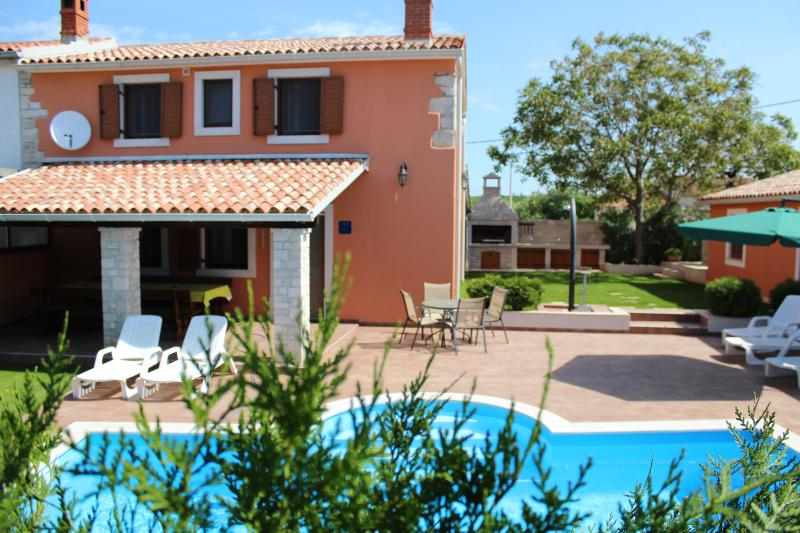 VILLA ANGELINA WITH SWIMMING POOL AND FITNESS, location de vacances à Vodnjan