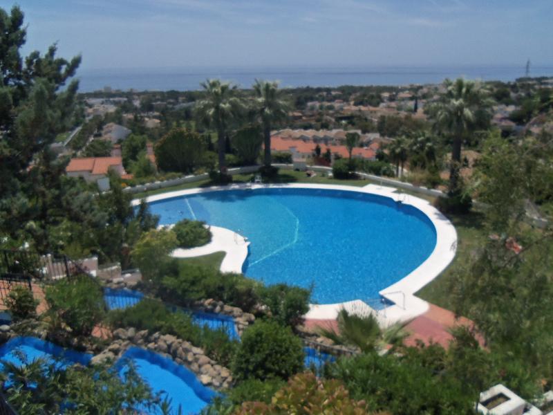 Panoramica de la gran piscina de la Urbanización , al fondo Calahonda y la costa . Playa de Calahond