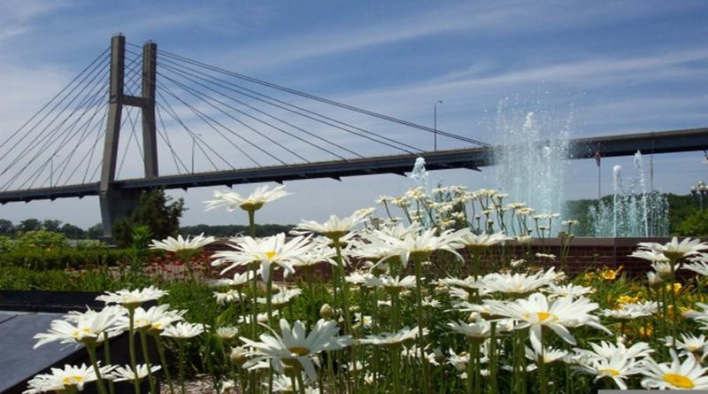 Pont de Quincy et une abondance de fleurs