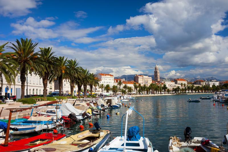Blick auf Matejuška Fischerhafen mit alten Split im Hintergrund, nur 5 Minuten vom East West