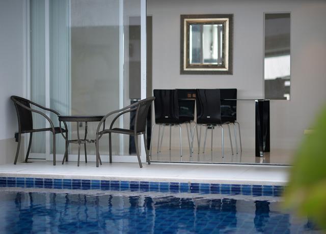 Sala de estar y acceso directo a la piscina