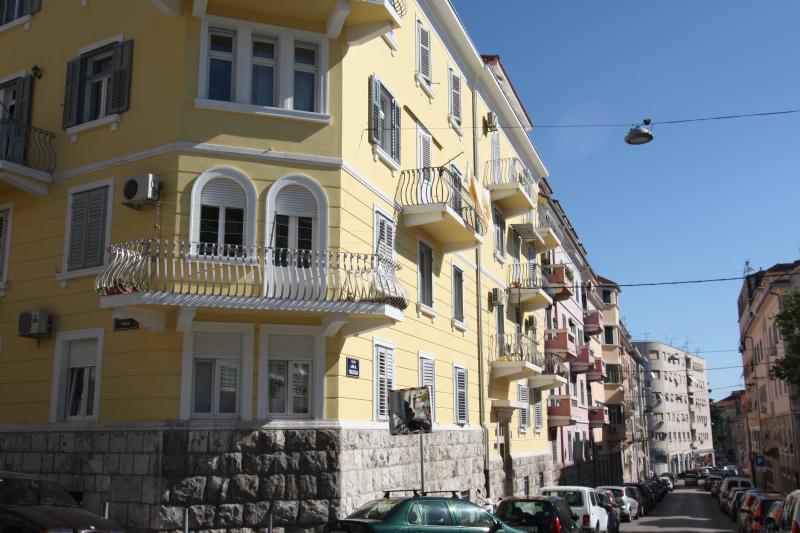 De buitenkant van het gebouw met het appartement iconische hoek balkon