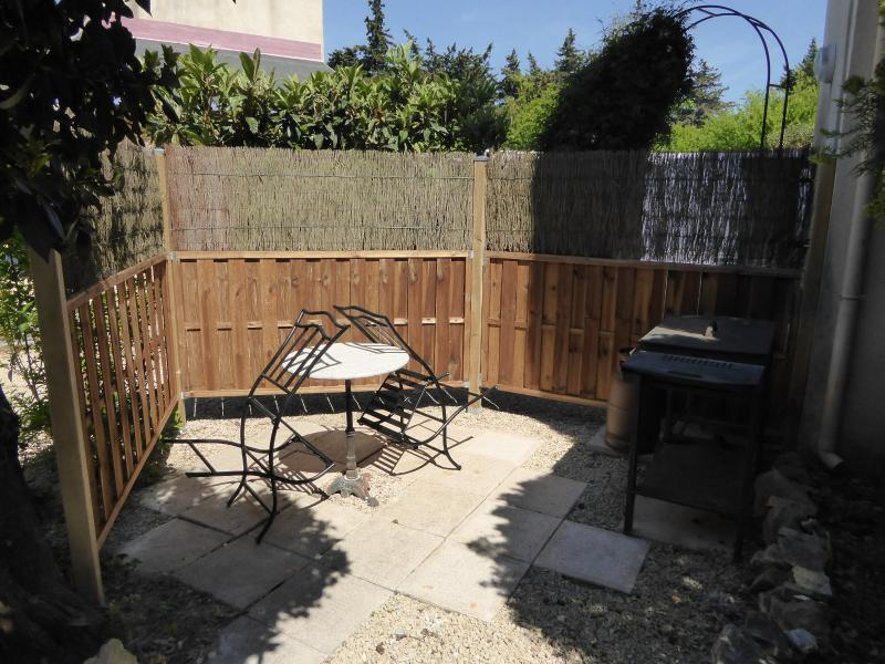 Ground level seating & gas BBQ