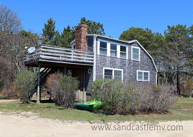 WONDERFUL, INFORMAL COTTAGE STYLE HOME WITH ECLECTIC FURNISHINGS OVERLOOKING, holiday rental in Edgartown