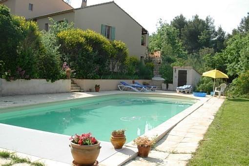 Villa provençale dans le calme d'une grande pinède, holiday rental in Trets