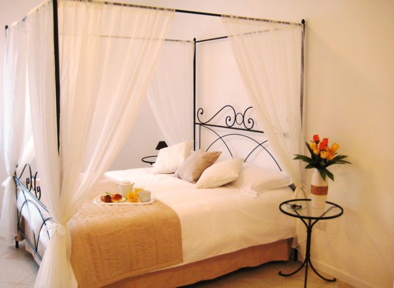Camera Matrimoniale Cromoterapia/Double Room, holiday rental in Madonna della Pia