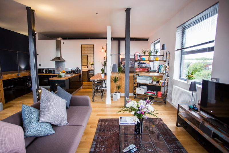 Stylish and Relaxing Loft Overlooking the River with Free Parking, holiday rental in Bristol