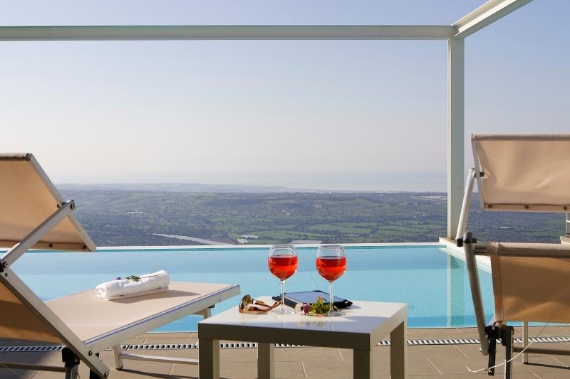 Promo October. Stylish panoramic villa:infinity private pool,tennis court,garden, vacation rental in Marina di Ragusa