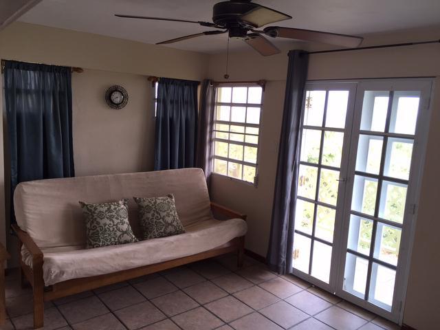 Cómoda cama de tamaño completo en el aire acondicionado de la sala
