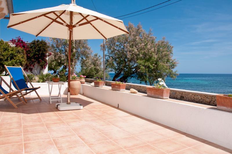 Roquerola: Casa de diseño sobre el mar, en Sa Pedruscada, location de vacances à Cala Ratjada