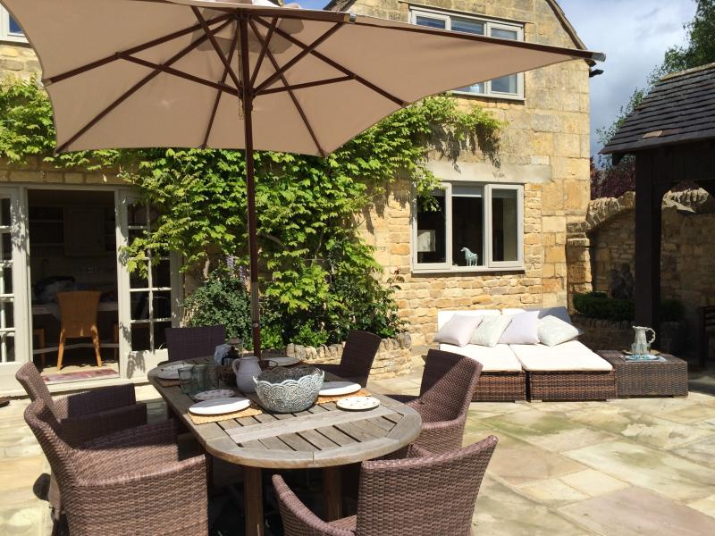 South facing garden with large outdoor table  / umbrella and spacious sun loungers.