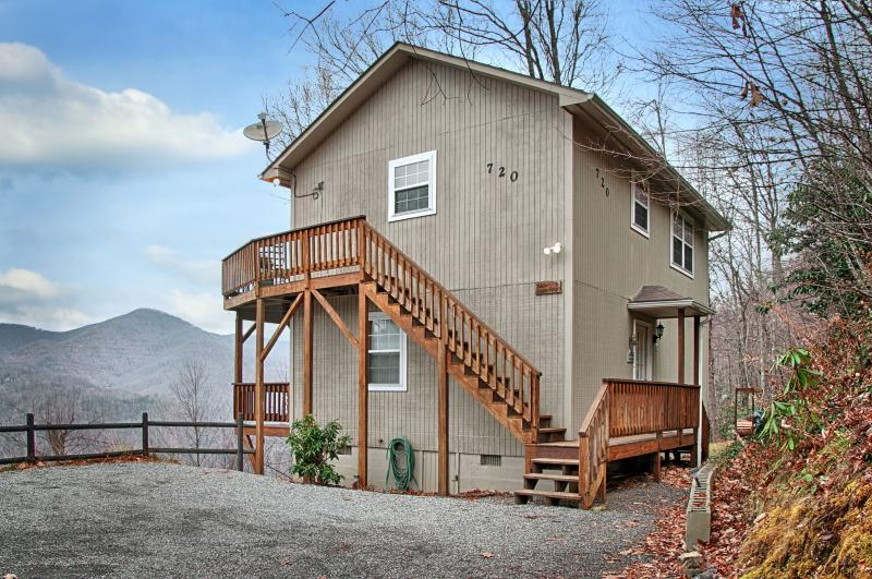 Falcon Ridge - Mountain Views, Hot Tub, Fire Place, Clean, Private, 2 Masters, holiday rental in Balsam