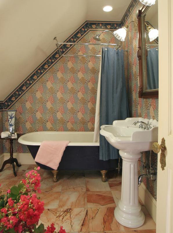 Cada uno de los 2 baños tiene una antigüedad profunda bañera con ducha