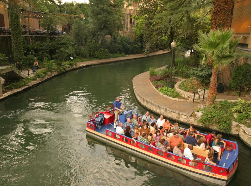 Promenez-vous le long du fleuve de boutiques, restaurants, musées et les excursions en bateau célèbre