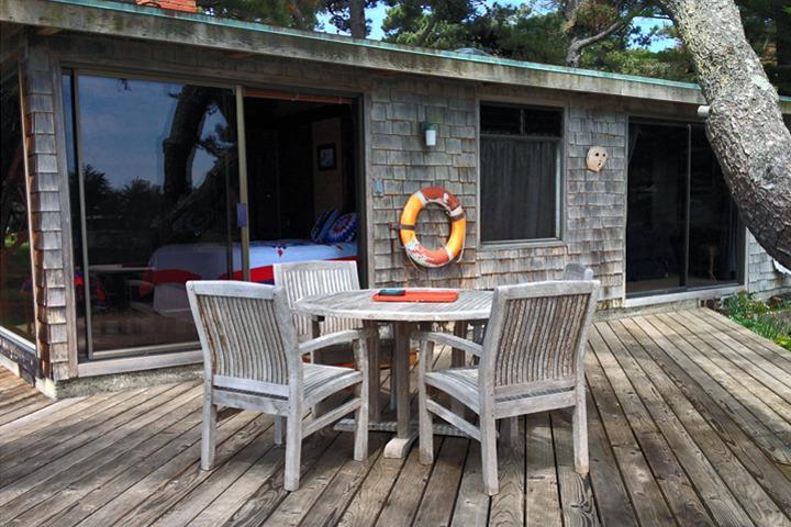 Al aire libre comedor en la cubierta en la cabaña 5