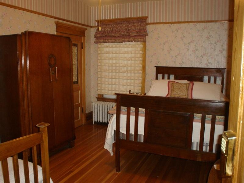 Old Nurse Residence - Hatbox Room, holiday rental in Sparwood