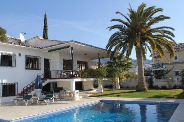 Magnificent Seven Bedroom Detached Villa with Private Pool in Nerja Town, location de vacances à Maro