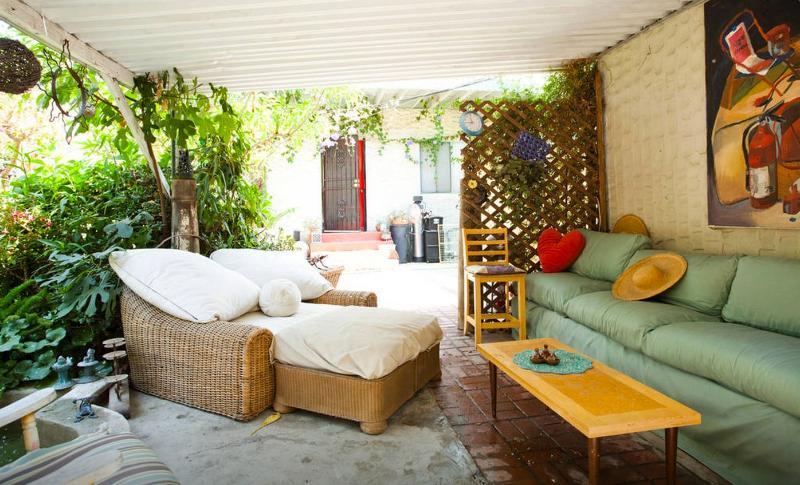 Magnifique espace extérieur partagé pour se détendre, lire ou se mêlent avec d'autres invités.