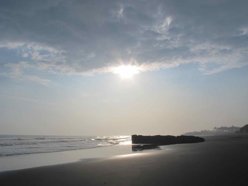 Nel tardo pomeriggio a piedi il bellissima spiaggia di sabbia nera 7 minuti di auto dalla casa.