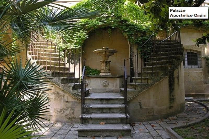 Fontaine néoclassique dans la Cour-jardin ombragée par les magnolias et les Araucarias