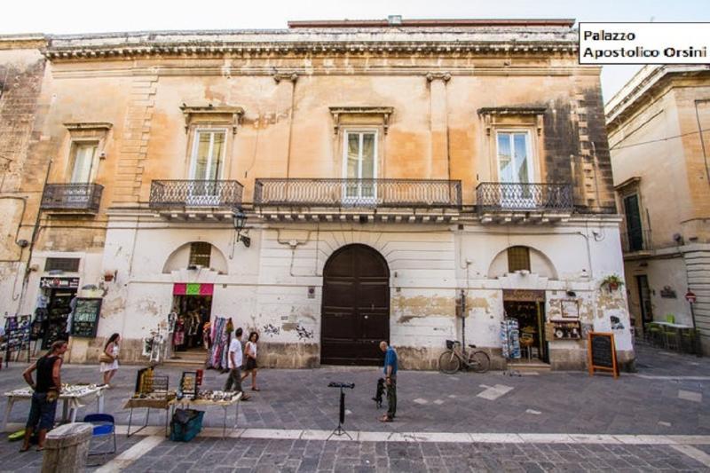 Vue d'ensemble de Palais apostolique Orsini sur la rue principale du centre historique
