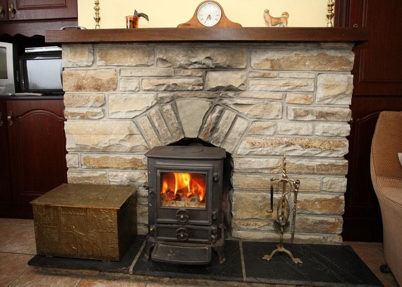 Ardara, Co. Donegal. Cosy 3 bedroom house with rural and sea view w Stove fire, vacation rental in Ardara