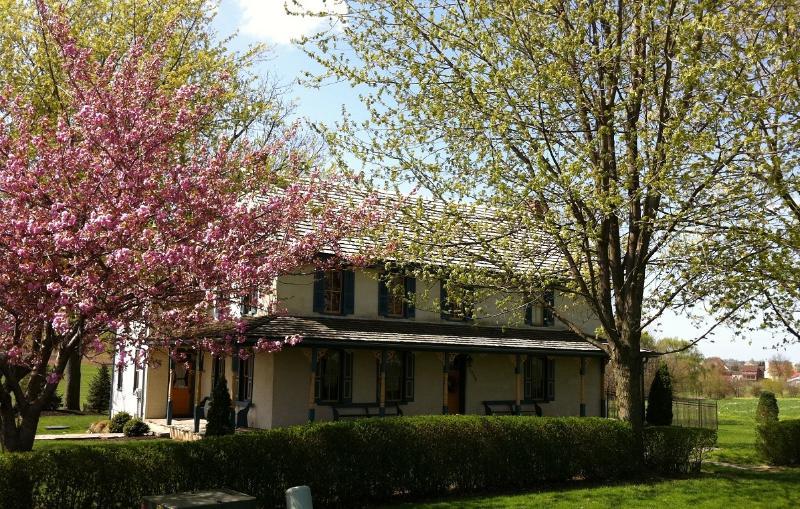 Beautiful Historic farmhouse*4 bedrooms 3 baths*2 living rooms*lovely furnishing, location de vacances à Lititz