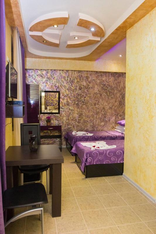 chambre simple N5, lit double + canapé-lit double, salle d'eau privative et wc