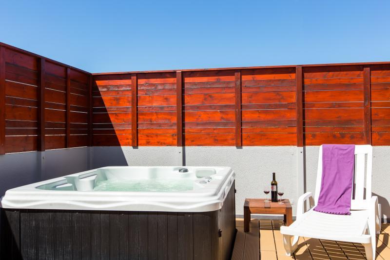 Détendez-vous dans le jardin ensoleillé privé avec jacuzzi et le platelage de qualité supérieure