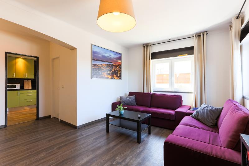 spacieuse et lumineuse salle de séjour, canapés confortables, TV câblée, WiFi