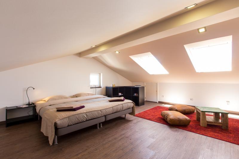 Espacioso ático, habitación doble con sofá, vista al mar