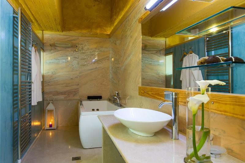 Bad der Haupt-Schlafzimmer mit Whirlpool Badewanne und Luxus Marmor Oberfläche (Rossa Portogallo)
