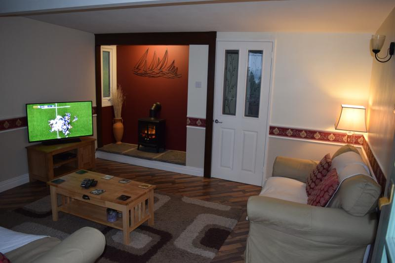 Salon spacieux avec TV HD