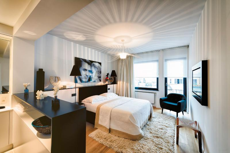 Bedroom 1: Queen-sized bed / Flat screen TV / Balcony