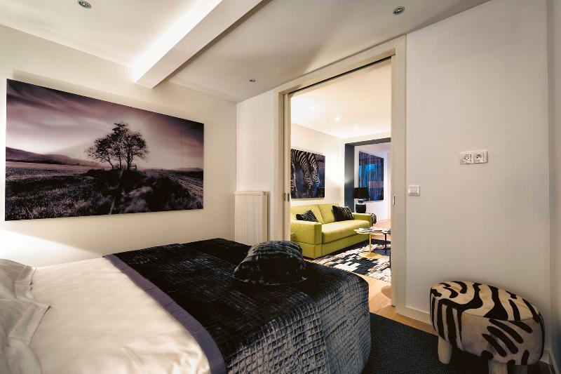 Bedroom: Queen-sized bed / Flat screen TV