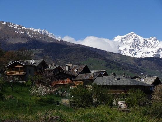 vista del villaggio e delle montagne