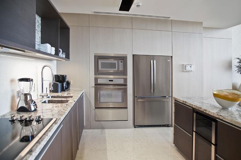 Voll ausgestattete Küche mit Weinkühler