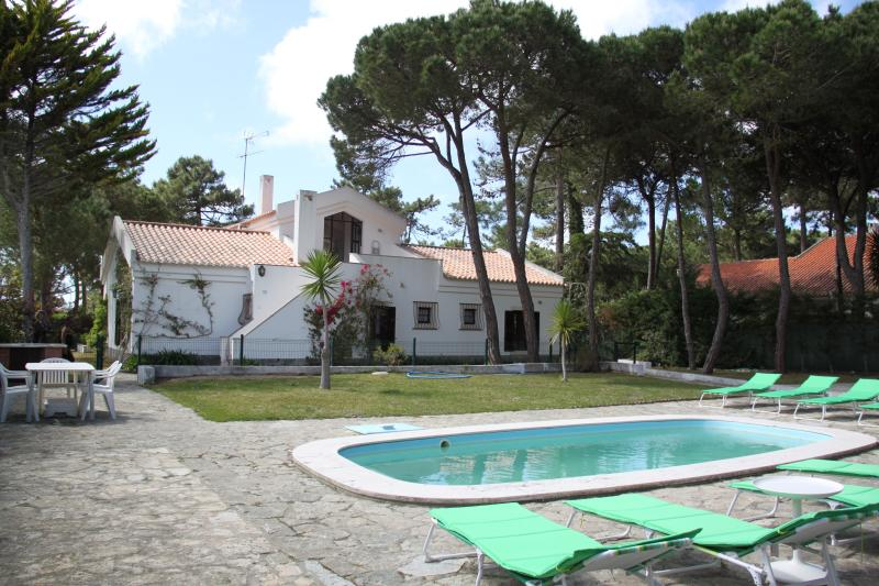 IN A PINEWOOD NEAR THE BEACH, holiday rental in Colares