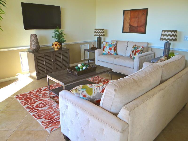 Entspannenden Wohnbereich mit 50-Zoll-TV mit Kabel und DVR