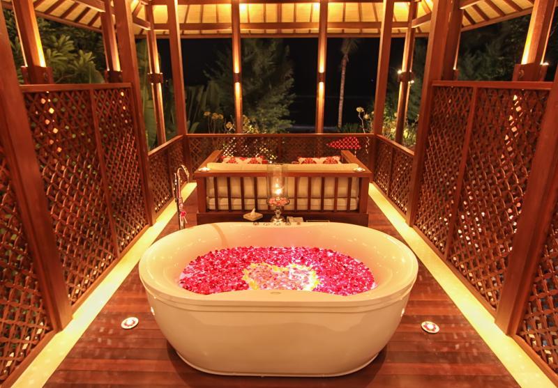 Vasca idromassaggio sul balcone privato di fronte al mare