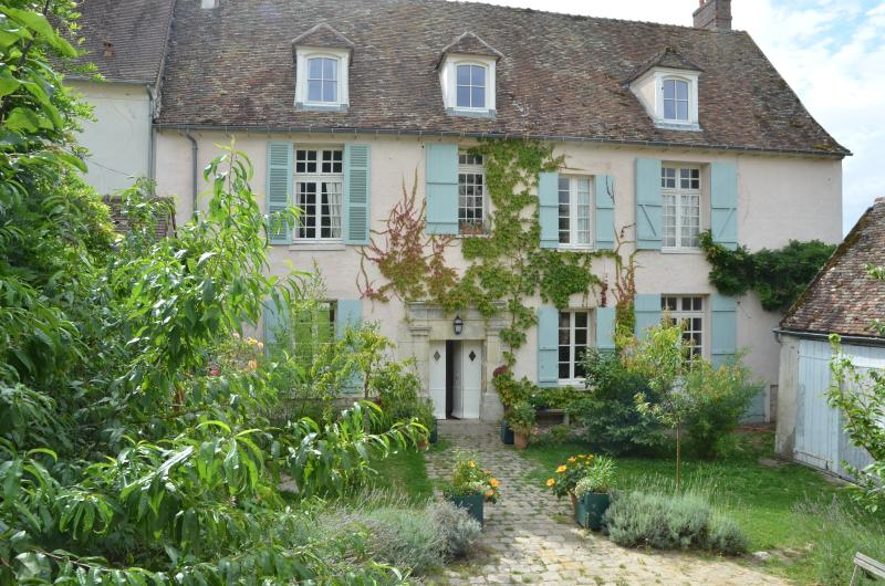 Beautifully Converted C16 Convent, close to Paris, location de vacances à Septeuil