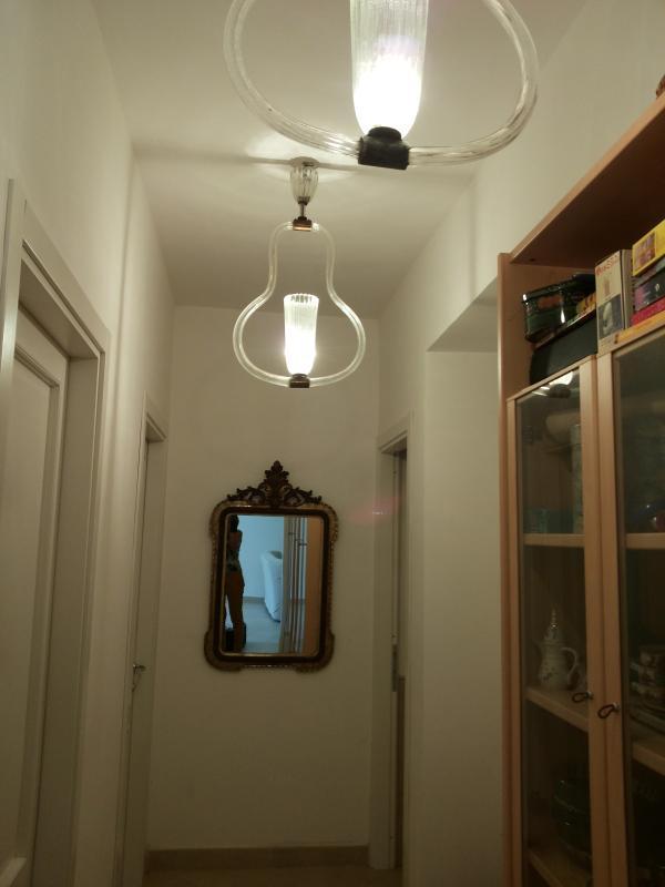 Corridoio che porta alle due stanze sul piano giardino e al bagno più grande