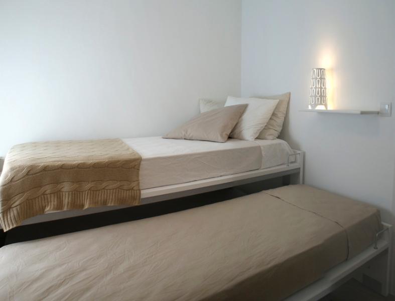 Disponen todas las habitaciónes de sábanas 100% algodón, colchas, y cómodas almohadas.