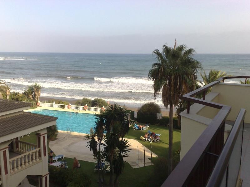 Primerísima línea de playa y terraza de 25 metros., vacation rental in Mijas