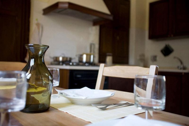 Kaasjeskruid appartement Borgo le Capannelle-detail van eettafel