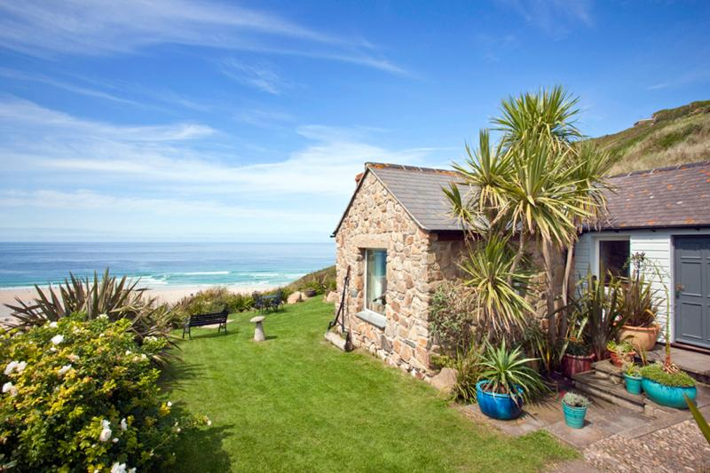Sheldrake, spacious cottage on beach in amazing location with superb sea views, casa vacanza a Sennen