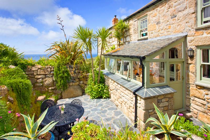 PENROSE, a traditional cornish cottage by the beach with a sheltered patio, vacation rental in Sennen Cove